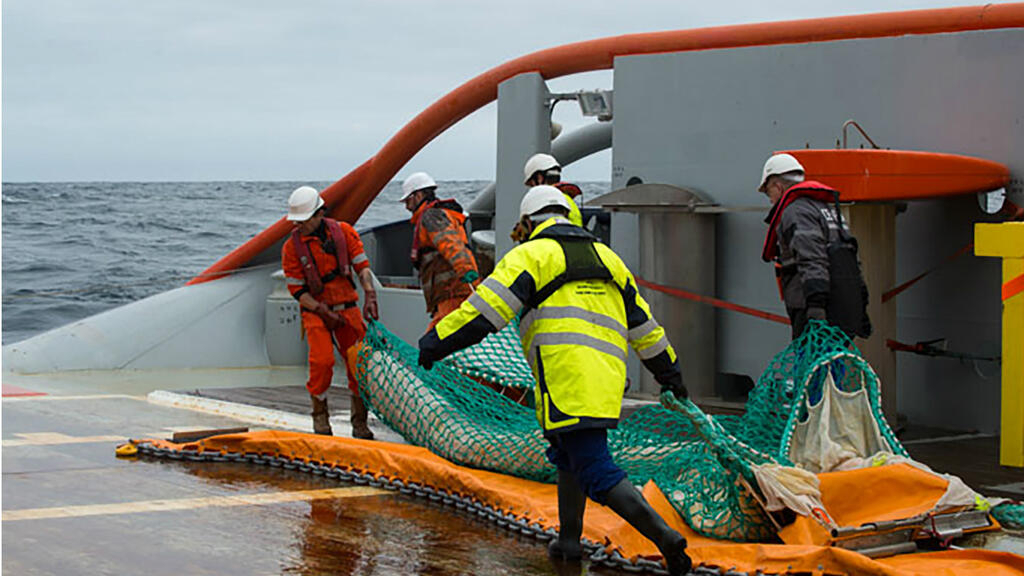 France begins clean-up operation after cargo ship oil spill