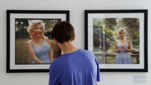 """Un visiteur regarde des photographies de l'actrice Marilyn Monroe prises en 1957 par l'Américain Sam Shaw, montrées à l'exposition """"Divine Marylin"""" à la galerie Joseph à Paris. Ici le 12 juillet 2019"""