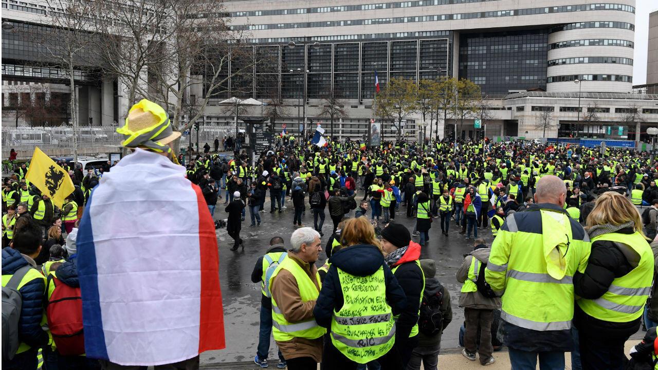 """متظاهرون من حركة """"السترات الصفراء"""" يتجمعون أمام وزارة المالية بباريس. 12 كانون الثاني/يناير 2019."""