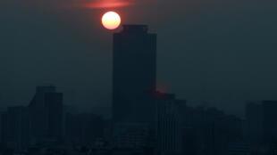 Una vista general de los edificios en Ciudad de México, México, envueltos en smog, la noche del 14 de mayo de 2019.