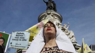ناشطة في حركة فيمن، باريس 8 آذار/ مارس 2015