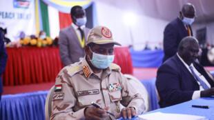 نائب رئيس مجلس السيادة السوداني محمد حمدان دقلو المعروف بحميدتي يوقع بالأحرف الأولى على اتفاق سلام بين الحكومة والمتمردين في جوبا في جنوب السودان في 31 آب/اغسطس 2020