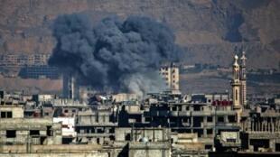 تصاعد دخان القصف على عربين في الغوطة الشرقية لدمشق في 7 آذار/مارس 2017
