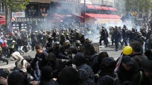Des heurts ont éclaté entre la police et des black blocs, mercredi, à Paris, avant le départ du défilé du 1er-Mai.