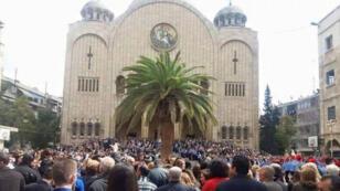 Photo de la procession du dimanche des Rameaux devant la cathédrale Saint-Georges à Alep (zone gouvernementale), le 20 mars.