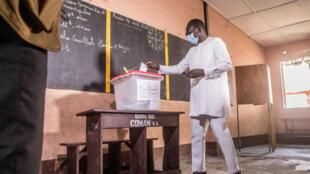 Le président Patrice Talon est allé voter en compagnie de son épouse, tous deux masqués, à Cotonou, à l'occasion des élections municipales béninoises, le 17 mai 2020.