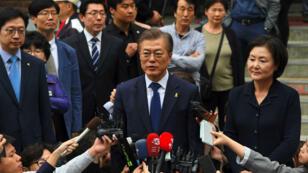 Moon Jae-In s'adressant aux medias après sa victoire à l'élection présidentielle, à Seoul, le 9 mai 2017.