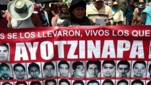 Des proches des 43 étudiants disparus manifestent dans l'Etat du Guerrero, au Mexique, le 16 septembre 2015.