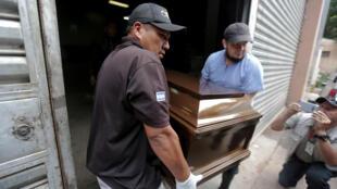 Familiares sacan un ataúd durante la entrega en Medicina Legal de los restos de un hombre que murió en los enfrentamientos en la cárcel de El Porvenir. Tegucigalpa, Honduras, 23 de diciembre de 2019.