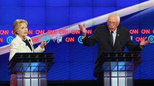 Les deux candidats à la primaire démocrate, Hillary Clinton et Bernie Sanders se serrent la main avant un débat sur CNN, jeudi 14 avril 2016, à New York.
