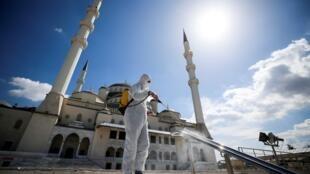 2021-04-15T132310Z_1898277486_RC2DWM9HTRD4_RTRMADP_3_RELIGION-RAMADAN-TURKEY (1)