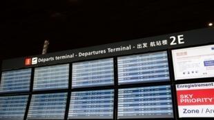 لوحة تعرض الرحلات الجوية بمطار شارل ديغول في باريس.