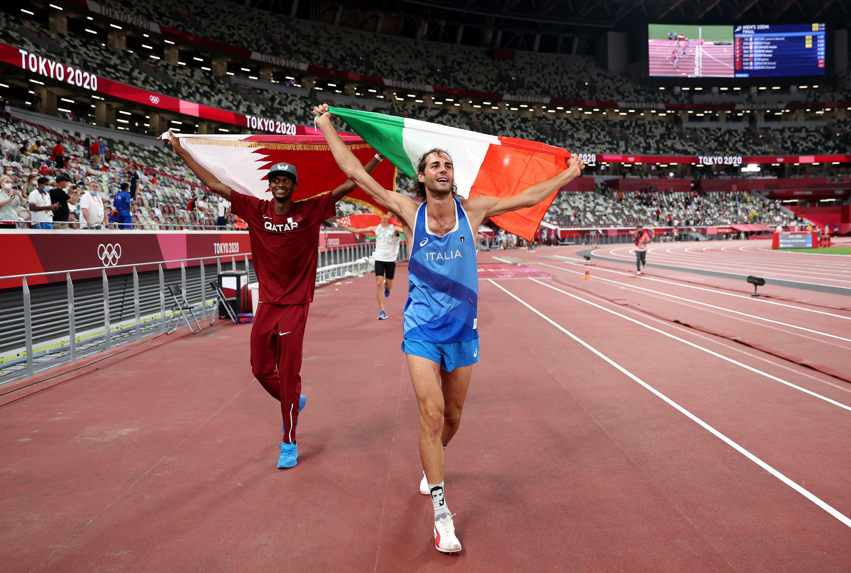 Le Qatari Mutaz Essa Barshim et l'Italien Gianmarco Tamberi, champions olympiques du saut en hauteur, le 1er août 2021 aux Jeux Olympiques de Tokyo 2020
