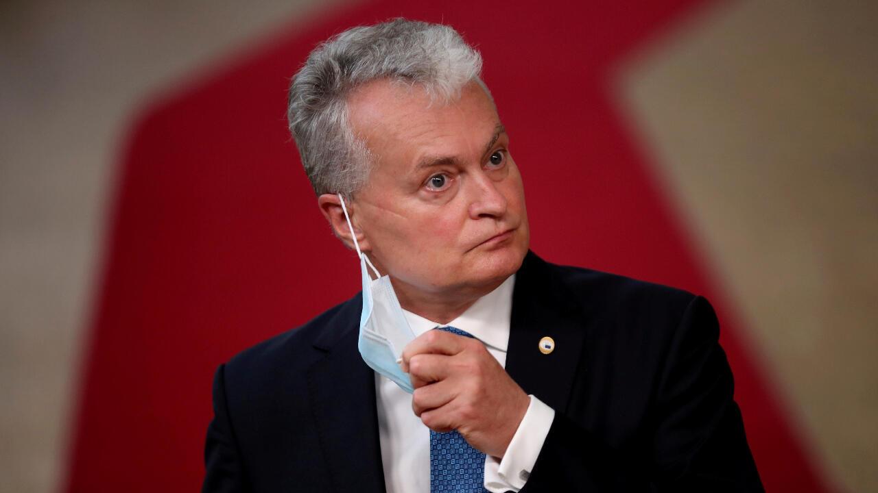 El presidente de Lituania, Gitanas Nauseda, interviene a su llegada a una cumbre de la Unión Europea en Bruselas, Bélgica, el 17 de julio de 2020.