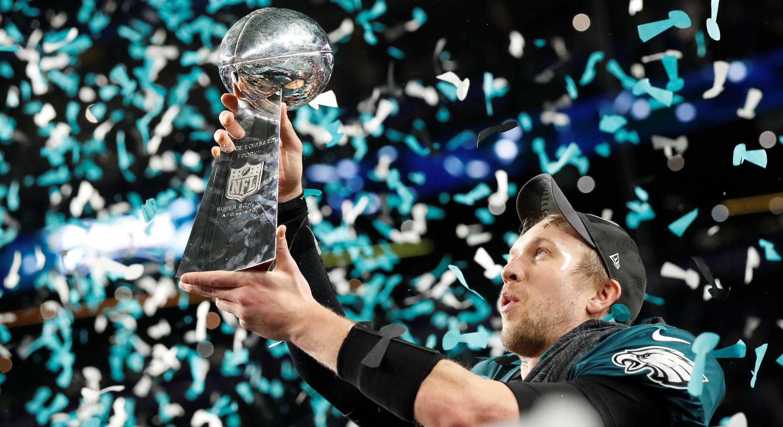 Nick Foles, mariscal de campo de los Philadelphia Eagles levanta el trofeo de la Super Bowl. 4/2/17