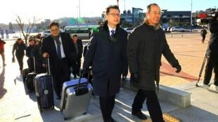 وصول وفد كوري جنوبي إلى مكتب الترانزيت في غوسيونيغ قرب المنطقة منزوعة السلاح بين الكوريتين، الثلاثاء 23 كانون الثاني/يناير 2018