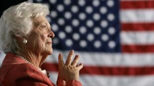 La exprimera dama Barbara Bush escucha a su hijo George W. Bush durante un evento en Orlando, en el año 2015.