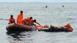 Des garde-côtes à la recherche de survivants lors du naufrage d'un ferry en août 2013.