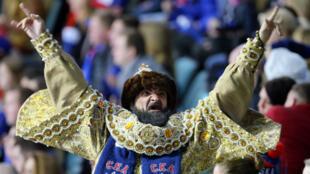 Un supporteur de hockey russe déguisé en Ivan le Terrible lors d'une rencontre sportive en 2017.