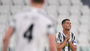 لقطة للنجم البرتغالي كريستيانو رونالدو خلال مباراة فريقه يوفنتوس الايطالي وضيفه ليون الفرنسي في اياب ثمن نهائي دوري الابطال، تورينو في 7 اب/اغسطس 2020