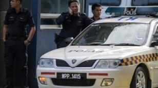 الشرطة الماليزية الجمعة 17 شباط/فبراير 2017 أمام مستشفى في كوالا لمبور نقل إليه جثمان شقيق الزعيم الكوري الشمالي