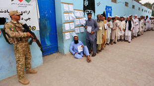 Un grupo de hombres llega para emitir su voto en un colegio electoral en Jalalabad, Afganistán, el 28 de septiembre de 2019.