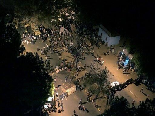 متظاهرون سودانيون في شارع النيل قرب مقر الاعتصام وسط الخرطوم بعد صدامات بين قوات الأمن ومحتجين - 13 مايو/أيار 2019