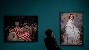 Une visiteuse de l'exposition consacrée à la photographe américaine Cindy Sherman, le 17 septembre 2020 à la Fondation Louis Vuitton, à Paris