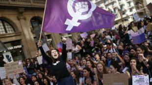 Des femmes manifestent pour la journée internationale des droits des femmes à Barcelone, le 8 mars 2019.