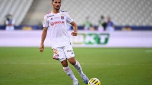 Foo tomada el 1 de agosto de 2020 muestra al delantero de Lyon Houssem Aouar jugando el durante el partido final de la Copa de Liga francesa ante Paris Saint-Germain en el Stade de France, en Saint-Denis, afueras de París.