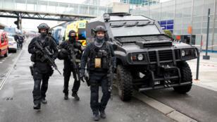 أفراد من الشرطة الفرنسية في مطار أورلي بباريس في 18 آذار/مارس