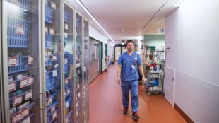 Le docteur Lars Falk, dans son unité ECMO(Oxygénation par membrane extracorporelle)de l'hôpital universitaire de Karolinska à Solna, près de Stockholm (Suède), le 19 avril 2020