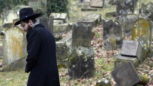 Les tombes profanées du cimetière juif de Sarre-Union.