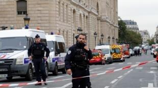 عناصر الشرطة الفرنسية تقوم بتأمين منطقة وقوع حادث الطعن أمام مقر شرطة باريس، 3 أكتوبر/تشرين الأول 2019.
