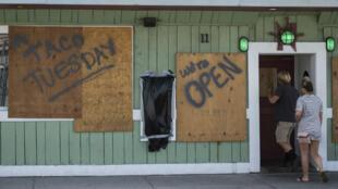 En Caroline du Nord, la population se prépare à l'arrivée de l'ouragan Florence, le 12 septembre.