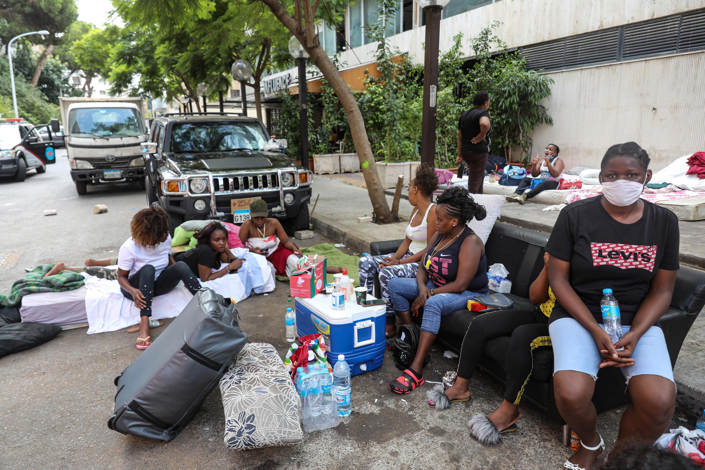 Des employées de maison Kényanes, renvoyées par leurs patrons, vivent à la rue devant le consulat du Kenya à Beyrouth, le 20 août 2020.