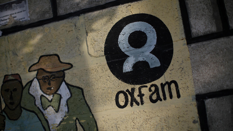 Un cartel con el logo de la ONG Oxfam en una pared en Corail, uno de los campamentos en los suburbios de Puerto Príncipe, para personas desplazadas por el terremoto de 2010. Puerto Príncipe, Haití, febrero 17, 2018.