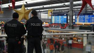 Des policiers surveillent la gare centrale de Munich, le 1er janvier 2016.