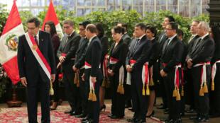 El presidente de Perú, Martin Vizcarra, y los ministros del nuevo gabinete asisten a una ceremonia de juramentación en el Palacio de Gobierno en Lima, Perú, el 3 de octubre de 2019.