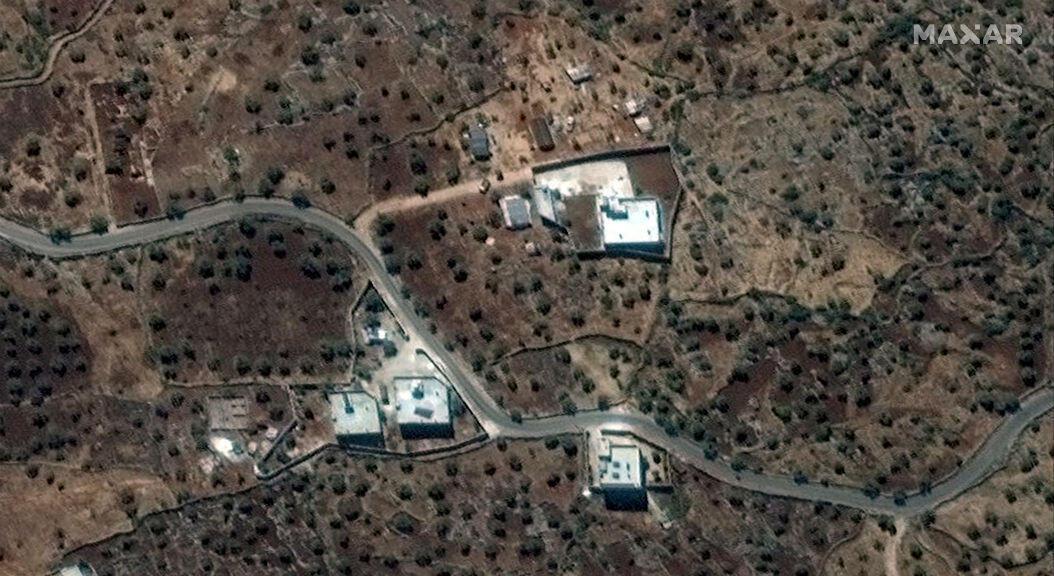 Imagen satelital de la que fue reportada como residencia del dirigente del autodenominado Estado Islámico, Abu Bakr al-Baghdadi, cerca de la aldea de Barisha, Siria, recopilada el 28 de septiembre de 2019.