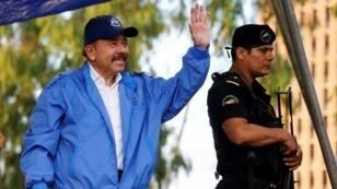 El presidente de Nicaragua, Daniel Ortega, saluda a sus simpatizantes durante un evento para conmemorar el aniversario 39 de la victoria sandinista sobre el dictador Somoza en Managua, Nicaragua, el 19 de julio de 2018.