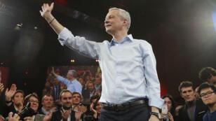 Bruno Lemaire, candidat à la primaire de la droite et du centre, salue ses partisans réunis le lundi 24 novembre à Saint-Denis.