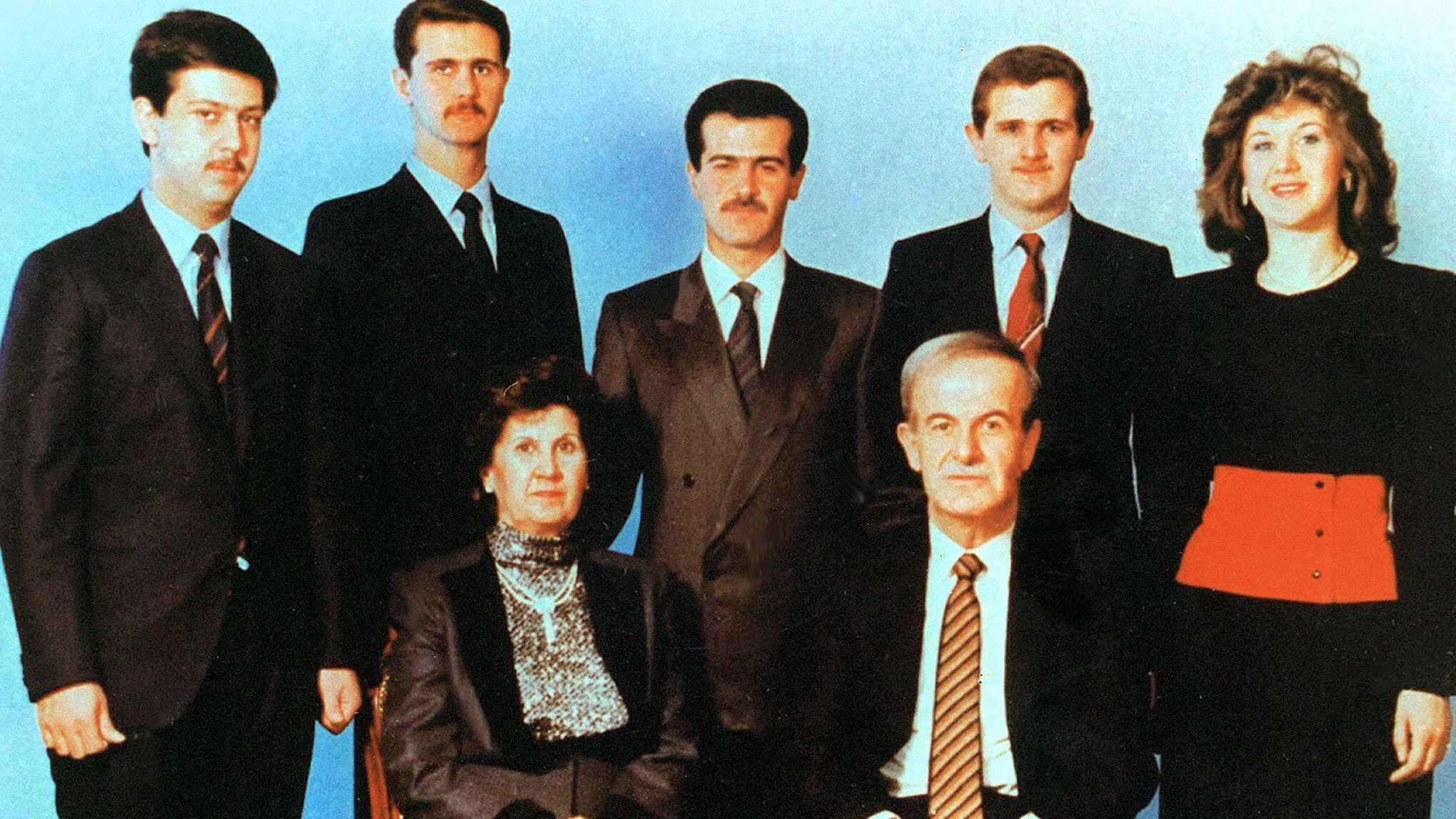 El cuadro sin fecha muestra al presidente sirio Hafez al-Assad y a su esposa Anisseh posando para una imagen familiar con sus hijos (L a R) Maher, Bashar, Bassel, que murieron en un accidente automovilístico en 1994, Majd y Busha.