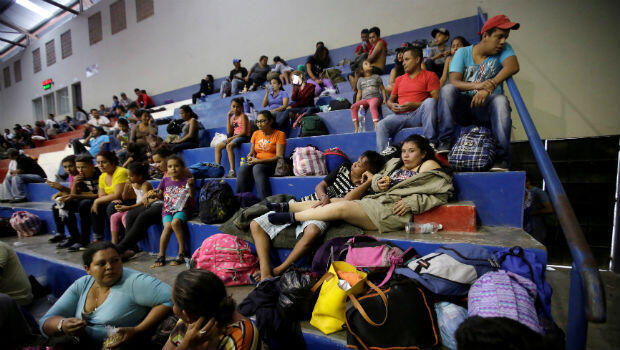 Hondureños que huyen de la pobreza y la violencia descansan en un gimnasio público,en Santa Rosa de Copán, Honduras,el 13 de octubre de 2018, mientras se desplazan en una caravana hacia Estados Unidos.