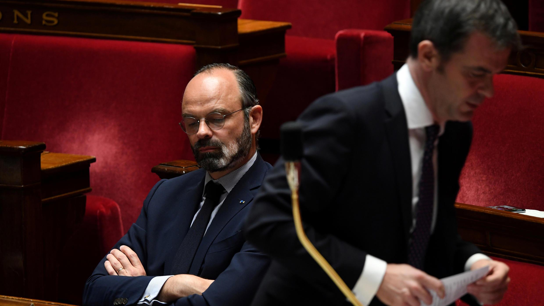 Le Premier ministre Édouard Philippe et le ministre de la Santé, Olivier Véran, lors d'une session de questions au gouvernement, à l'Assemblée nationale, le 7 avril 2020.