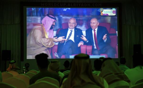 Les images de Poutine et de MBS diffusées sur écran géant à Riyad.