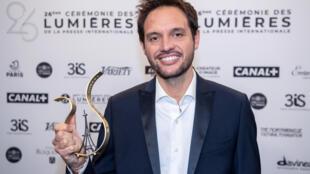 """Le réalisateur italien Filippo Meneghetti avec son trophée du """"meilleur premier film"""" reçu lors de l'édition 2021 des Prix Lumières, le 15 janvier 2021 à Paris"""