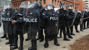 Des policiers américains dans le Missouri, le 30 novembre 2014.