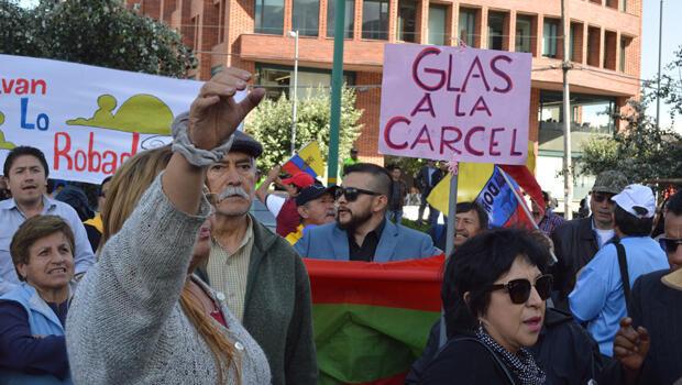 Manifestantes contra el vicepresidente Glas