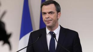 Le ministre de la Santé Olivier Véran, le 28 mars 2020 lors d'une conférence de presse à Paris